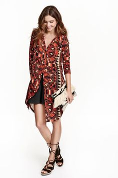 Knee-length tunic in airy jersey with a printed pattern. V-neck, button placket, long sleeves, and rounded hem with slits at sides. Slightly longer at back. Cool Style, My Style, Red Pattern, New Wardrobe, Work Fashion, Summer Looks, Types Of Fashion Styles, Fashion Online, Kimono Top