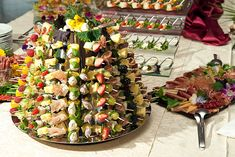 The eye eats with: 51 creative ideas for cold plates buffet Food Buffet, Brunch Buffet, Party Buffet, Food Platters, Cold Finger Foods, Party Finger Foods, Snacks Für Party, Appetizers For Party, Finger Food Catering