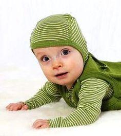 Cosilanas Häubchen in grün geringelt mit dazu passendem Body beides aus Wolle/Seide. Ihr findet mich unter www.Bio-Babywelt.de oder auf Facebook über https://www.facebook.com/pages/Bio-Babywelt/826265520732324?ref=hl