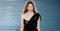 Estilista Vivienne Westwood ousa ao colocar modelo homem para desfilar um vestido