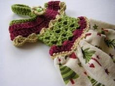 Crochet Towel Toppers- Make a towel dress with a crocheted bodice. I might do this with something inside to hold the towel, rather than having it sewn together. This way, you could change out towels easily but keep the dress. Crochet Home, Love Crochet, Crochet Gifts, Crochet Baby, Knit Crochet, Crochet Flowers, Crochet Jacket, Crochet Backpack, Crochet Cactus