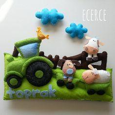 Toprak'ın kapı süsü❤ #keçe #felt #fieltro #feltro #craft #feltcraft #baby #hediye #babyshower #elyapımı #handmade #kapısüsü #doortrim #keçekapısüsü #bebekodası #farm #feltcow #dog #feltdog #lamb #feltlamb #tractor #traktör #ecerce #doğumhediyelikleri