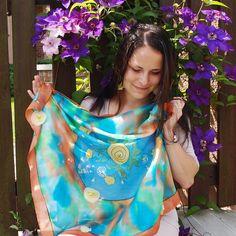 Jak plyne čas pampeliškám - hedvábný šátek Ručně malovaný hedvábný šátek, 74 x 74 cm, elegantní a zároveń i dost praktický... Malováno napařovacími barvami, které zanechávají hedvábí jemné a lesklé. Uprostřed šátku je namalován motiv s pampeliškami - od poupěte po chvíli, kdy se z krásných skuníček kvítky promění v bílé chomáče. Říkáváme jim ...