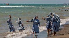 Ein Iman aus Italien postete ein Bild von Nonnen am Strand – in vollem Habbit…