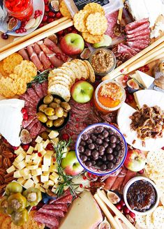 How To Make a Charcuterie Board Festive For The Holidays (& Bacon Onion Jam Recipe)! Plateau Charcuterie, Charcuterie Board, Charcuterie Ideas, Bacon Onion Jam, Lexi's Clean Kitchen, Oreo Milkshake, Meat And Cheese, Cheese Fruit, Cheese Food