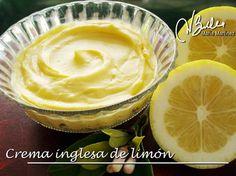 Crema Inglesa de limón light: Mezclamos en un recipiente el zumo de 2 limones, 2 cuch. rasas de maizena y 1 cuch. de edulcorante hasta deshacer todos los grumos de maizena. Aparte batimos 2 huevos con 100gr de queso de untar. Añadimos la mezcla de limón a la de queso y huevos, batimos hasta que esté bien mezclado. Ponemos la crema en un cazo al fuego suave. Removemos todo el tiempo con unas varillas. En 2 o 3 min la crema espesará. Apagamos el fuego y removemos 2 min más. Dejamos enfríar. Dukan Diet Recipes, Low Carb Recipes, Flan, Lemond Curd, Salsa Dulce, Sweet Sauce, Vegetarian Paleo, Afternoon Tea, Healthy Desserts