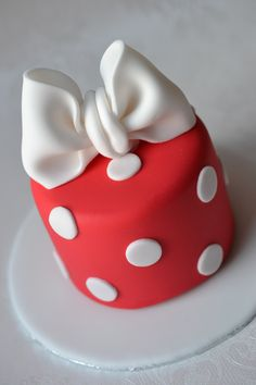 Minnie Mouse little cake Fondant Cake Designs, Fondant Cakes, Cupcake Cakes, Bow Cakes, Mini Cakes, Cake Decorating Designs, Individual Cakes, Valentine Cake, Small Cake