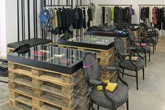 (simplicidad, ausencia de color, uso de materiales recuperados, uso de artículos del entorno)   F95 fashion store, Berlin store design
