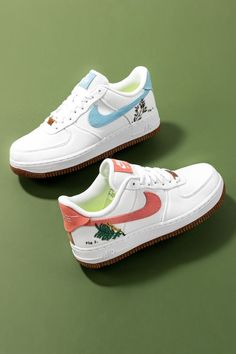 """The """"Catechu"""" and """"Indigo"""" Women's Nike Air Force 1 Lows bring a plant-based theme to the retro basketball shoe. Each colorway is constructed from a hemp-like, canvas material that plays into the shoe's botanical vibes. All Nike Shoes, Nike Shoes Air Force, Crazy Shoes, Sneakers Nike, Nike Air Mag, Air Force Women, Retro Basketball Shoes, Fresh Shoes, Vegan Shoes"""