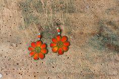 Kytky Smaltované, oražově zářivé květinky do uší, vyrobené z mědi, smaltu a korálků. Průměr květinky je 4 cm. Háček = afroháček.