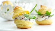 Für den Brandteig ist etwas Übung in der Küche von Vorteil: Würzige Windbeutel mit getrockneten Kirschen | http://eatsmarter.de/rezepte/wuerzige-windbeutel