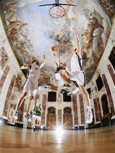 Up in the air... wirklich genial, das Siegerfoto des PR-Bild Awards 2012!  Basketball im Rittersaal: Hochschulsportler auf dem Campus der Uni Mannheim im Schloss