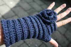 ao with <3 / Hæklet pulsvarmere med blomst (Crochet wrist warmers with Flower) - adorable!