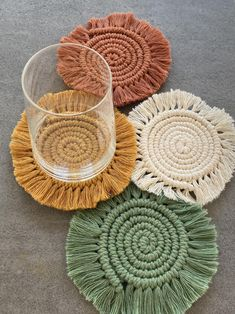 Makramee Untersetzer | Etsy Macrame Design, Macrame Art, Macrame Projects, Crochet Projects, Macrame Patterns, Crochet Patterns, Diy Para A Casa, Mode Crochet, Creation Couture