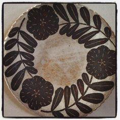 Makoto Kagoshima / pottery Pottery Painting, Pottery Art, Illustration Blume, Kagoshima, Photo Work, Pottery Plates, Traditional Quilts, Flower Plates, Sgraffito