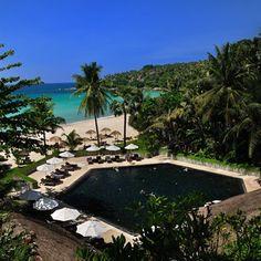 Une piscine noire à deux pas de l'océan en thailande