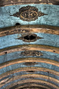 Incredible today, imagine then? The main hall ceiling of the decaying and abandoned Hellingly Hospital in the UK. Photo by Romany WG. Looks like beautiful dresser front redo Abandoned Buildings, Abandoned Places, Abandoned Asylums, Abandoned Homes, Ceiling Detail, Ceiling Design, Faux Painting, Architecture Details, Building Architecture