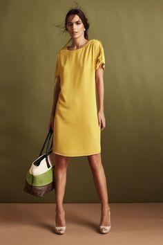 Giallo come il sole, fluido e un po' over, è l'abito di moda http://blog.carlaferroni.it/?p=3402