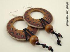 """Kolczyki z kolekcji """"Rootz"""" - koła z otworem o średnicy 5 cm, z drewnianej sklejki, ręcznie malowane farbą akrylową z obu stron, w odcieniach brązu z motywem cętek, zabezpieczone lakierem, zdobione sznurkiem jutowym i bawełnianym oraz drewnianymi koralikami, na otwartych biglach. Dzieło Wielkiego Słonia w Czerwone Paski."""