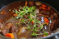Älggryta med kantareller Pot Roast, Bacon, Beef, Ethnic Recipes, Food, Swedish Recipes, Roast Beef, Meal, Hoods