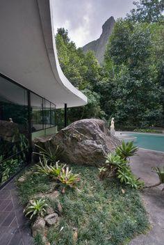 Casa das Canoas o la vivienda ideal de Oscar Niemeyer | Architectural Digest España Oscar Niemeyer, Space Architecture, Contemporary Architecture, Chinese Architecture, Futuristic Architecture, Design Exterior, Interior And Exterior, Architectural Digest, Colani