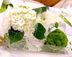 Hochzeitsdeko, Tischdeko in grün weiss mit grüner Blumenkugel aus Santini Green Wedding, Wedding Flowers, Wedding White, Opening Day, Glass Vase, Floral Design, Wedding Decorations, Shower, Weddings