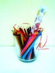 Свёрнутая раскраска в стаканчике, с карандашами