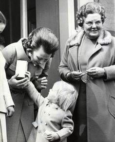 Koninginnedag vorstenhuis Nederland. Koningin Juliana op het bordes van Paleis Soestdijk op haar 61e verjaardag samen met Beatrix en Willem Alexander. 30 april 1970.