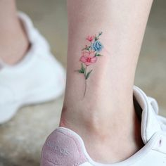 Gorgeous Ankle Flower Tattoo You Can't Miss This Summer; Ankle Tattoos Ideas for. - - - Gorgeous Ankle Flower Tattoo You Can't Miss This Summer; Ankle Tattoos Ideas for. Anklet Tattoos, Dainty Tattoos, Small Flower Tattoos, Subtle Tattoos, Pretty Tattoos, Wrist Tattoos, Mini Tattoos, Foot Tattoos, Beautiful Tattoos