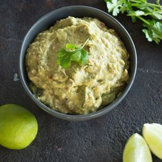 Avocado-Creme: Der perfekte Partner für selbstgemachte Tortilla Chips. Super cremig und super gesund.