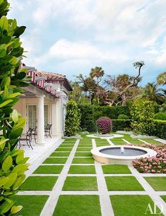 David Easton Restores a Palm Beach Landmark to its Former Glory - Whether you're relaxing after a match or spectating from the sideline, the tennis pavilion at this beautifully restored Palm Beach mansion is the perfect place to soak up the sun. Garden Water Fountains, Water Garden, Exterior Tradicional, Beach Mansion, Beach House, Palm Beach Florida, Driveway Landscaping, Landscaping Design, Garden Landscape Design