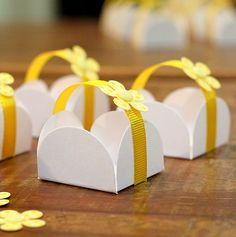 Forminhas para docinhos decoradas com fita gorgurão e florzinha com botão. <br>Produto sob encomenda <br>Prazo para produção 15 dias <br>Quantidade: 100 <br>Fitas nas cores amarelo, rosa, azul, verde, branco, azul marinho e lilás.