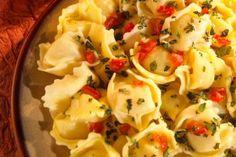 Cómo hacer tortellinis caseros. No hace falta que te desplaces a Italia para comer buena pasta: ¡con unComo puedes tenerla en tu cocina! Los tortellinis son un plato estrella en la categoría de pastas, estos pueden rellenarse con un...