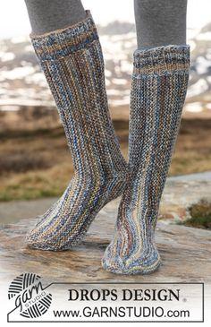 """Poikittain neulotut DROPS sukat kaksinkertaisesta """"Fabel""""-langasta. ~ DROPS Design"""