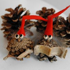 Things to Make with Pine Cones: Pine cones are such a wonderful thing which can be used for making various decoration items. Anyone can make the most of these pine cones. Christmas Art, Christmas Projects, All Things Christmas, Christmas Ornaments, Pine Cone Decorations, Christmas Decorations, Holiday Decor, Diy For Kids, Crafts For Kids