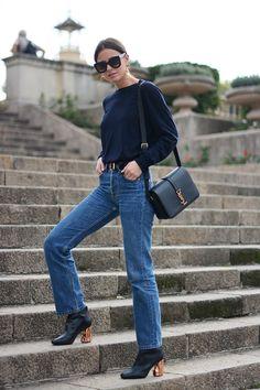 Simpleza + toque sofisticado en el calzado y en la combinación de dorados entre los botines, el bolso y el cinturón