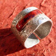 Rectangle en cuivre emaillé rouge monté sur une bague anneau ouvert large en aluminium texturé par martelage