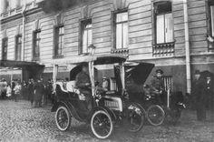 Появились на улицах Санкт-Петербурга в 1908 году, развозили пассажиров наряду с извозчиками.