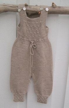 Stricken Baby :This Pin was discovered by Sil ,Baby Overalls with detaDiscover thousands of images about Pattern from Babystrik på pinde of Lene Holme Samsøe Knitted Baby Outfits, Crochet Baby Pants, Knitted Baby Clothes, Knitted Romper, Knit Crochet, Knitting For Kids, Baby Knitting Patterns, Baby Patterns, Onesie Pattern