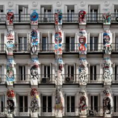 """Edificio En Calle Orellana, Madrid. Frescos: """"Todo es Felicidá"""". Autor: Jack Babiloni (2008). FELICIDADES LAURA"""