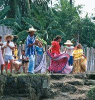 Los habitantes de las riberas del río conservan sus costumbres ancestrales: la  fiesta como celebración de sus  tradiciones más antiguas.