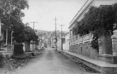 Escena de la calle Pasarell, Yauco, Puerto Rico (1918). El edificio de la derecha fue la Clínica el Amparo del Dr.Ramirez Arache ,moderno centro de salud de las primeras décadas del S.XX.