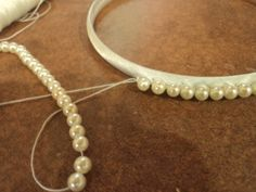 Discover thousands of images about mara flori bijuterii: Set-coronita si elastice de par din perlute Pearl Headband, Diy Headband, Headbands, Diy Hair Accessories, Fashion Accessories, Earrings Handmade, Handmade Jewelry, Diy Accessoires, Bead Loom Bracelets