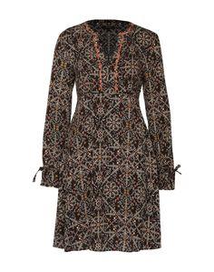 Kleid mit urbanen Flair von Pepe Jeans. Das lässige Dress überzeugt mit einem allover Blumenmuster und süßen Stickereien am Kragen und Ausschnitt. Ein leicht taillierter Schnitt sorgt für einen femininen Charakter.
