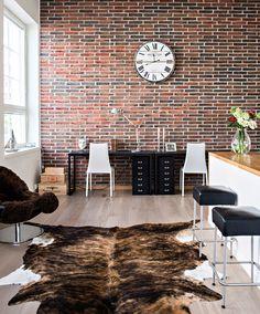 Loft-asunto vanhassa tulitikkutehtaassa:  loft, loft-asunto, mustavalkoinen sisustus, vaalea sisustus, tehostevärit, minimalistinen, sommitelmat, asetelmat, scandinavian living, finnish design, black and white, decoration Decor, Living Room, Black And White, Furniture, Conference Room, Room, Home, Table, Conference Room Table