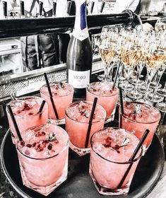 5 verrassende dingen voor elke Rosé lover - Was Sie Für Die Party Wissen Müssen Fancy Drinks, Cocktail Drinks, Yummy Drinks, Cocktail Recipes, Alcoholic Drinks, Yummy Food, Rose Cocktail, Pink Cocktails, Pink Drinks