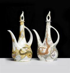Tweetal koffiekannen met pluimdeksel en decors respectievelijk van slangen en draken.