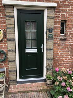 Jaren 60 voordeur vervangen. Smalle voordeur en toch een nette uitstraling? Bij Alfa ramen en deuren geen probleem. Outdoor Decor, Decor, Living Room, Garage Doors, Home, Doors, Home Decor, Room