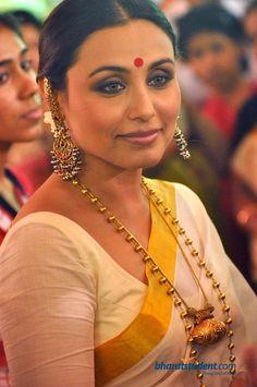 A look at Bollywood Queen Rani Mukerji's Durga Pooja outfits throughout the years Kerala Saree, Indian Sarees, Bengali Saree, Bollywood Stars, Indian Dresses, Indian Outfits, Kasavu Saree, Rani Mukerji, Saree Look