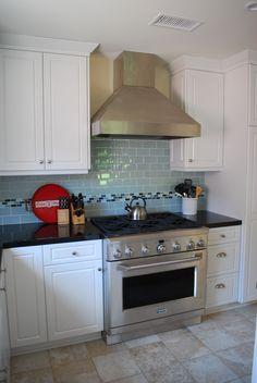 White kitchen, glass backsplash